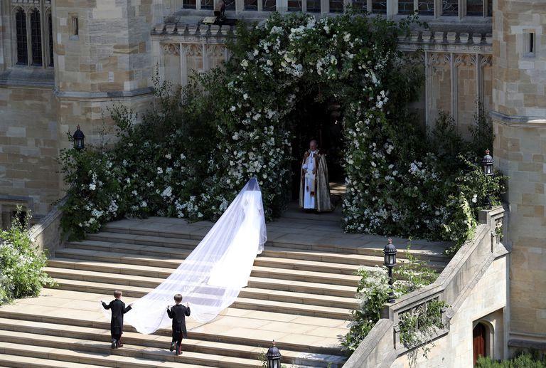 hbz-meghan-markle-wedding-dress-gettyimages-960050530-1526729002.jpg