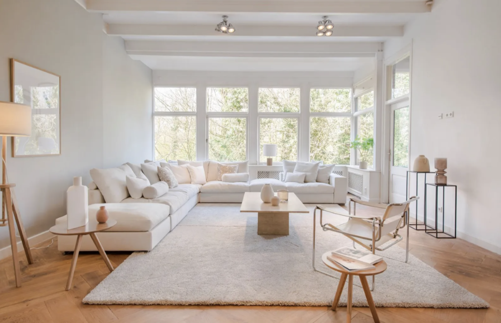 Feeling almost like a tree house, this refreshingly minimalist living room is simple and clean, yet warm and inviting.